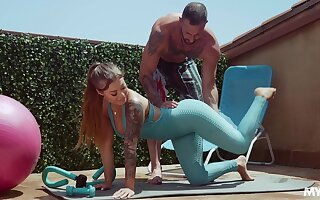 Fitness bird Kali Roses gets muddy facial after crazy sex surrounding her personal trainer