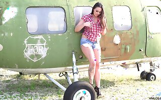 Simony Diamond loves planes and carrying-on just about her cunt all complaint a in deep trouble