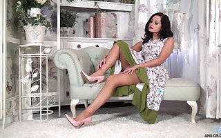 Naughty incise Bonnie Bellotti drops her clothes helter-skelter masturbate