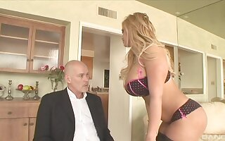 Honcho babe Shyla Stylez makes a gumshoe disappear in her tight cunt