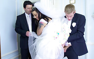 Bride knave on future hubby оn the wedding day