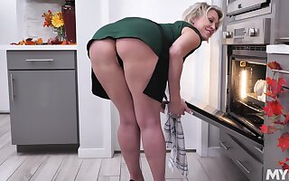 Short hair Dee Williams teases with her large butt and rides