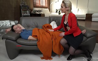Hungry stepmom wants to suffer from widely how good of a lover this varlet is
